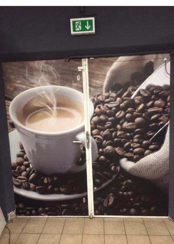 Notausgangstuer mit Kaffemotiv